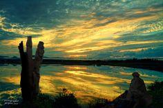 """Photomontage, d""""un coucher de soleil sur un étang de Barachois (Percé), d'une sculpture dans le jardin d'une information touristique de Saint-Jean-Port-Joli et de ma photo d'un bas-relief du musée des Anciens Canadiens de Saint-Jean-Port-Joli. Un musée où on peut également acheter des oeuvres des artisans de la région, un incontournable du Bas-St-Laurent."""