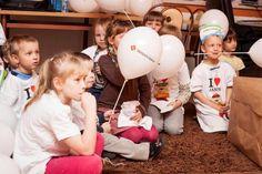 Uwielbiamy spędzać czas z dzieciakami! :-) Jak więc moglibyśmy przegapić taką okazję jak Święta, żeby się z nimi spotkać? Urządziliśmy koleżeńską zbiórkę słodyczy i odwiedziliśmy 13 różnych placówek ze słodkimi paczuszkami 8-)