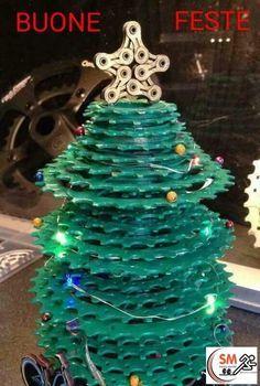 Originalissimo albero di Natale, realizzato con pacchi pignoni in dotazione su biciclette da corsa. #vitamaker #natale #bicicletta #ciclismo