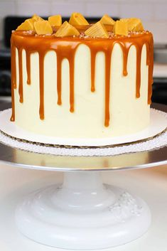 This caramel drip cake makes the perfect salted caramel cake! It made with vanilla cake layers, salted caramel frosting and is decorated with caramel drips Caramel Drizzle Recipe, Caramel Drip Cake, Caramel Buttercream Frosting, Salted Caramel Frosting, Bolo Drip Cake, Drip Cakes, Frosting Recipes, Cake Recipes, Baking Recipes