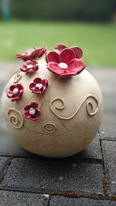Newest Pictures clay pottery flowers Popular Kugel mit großen Blumen Dyi Flowers, Large Flowers, Flowers Garden, Clay Flowers, Ceramic Pottery, Ceramic Art, Hand Built Pottery, Flower Ball, Ceramic Flowers