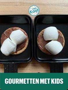 De lekkerste recepten voor kids om in hun gourmet pannetjes te maken tijdens kerst, sinterklaas of kinderfeestje. Van fluffy marshmallows en tostis tot mini pizzas en pancake art Hamburgers, Marshmallows, Om, Eggs, Cookies, Breakfast, Mini, Desserts, Marshmallow