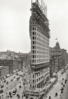 """1903.- """"The Flatiron Building"""". DANIEL BURNHAM. Fue bautizado así por los neoyorquinos por tener forma de plancha y cuando lo construyeron era el RASCACIELOS más alto de Manhattan ..."""