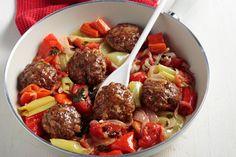 Ένα εξαιρετικό καλοκαιρινό φαγητό που θα λατρέψουν μικροί και μεγάλοι. Πεντανόστιμα και αφράτα μπιφτέκια με πιπεριές μαγειρεμένα στη κατσαρόλα.  Πηγή
