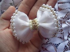 Discover thousands of images about Arcos E Tiaras African Accessories, Diy Hair Accessories, Flower Ornaments, Hair Ornaments, Baby Hair Clips, Baby Headbands, Ribbon Hair, Ribbon Bows, Satin Flowers
