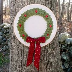 How to make a felt holly #wreath for #Christmas.