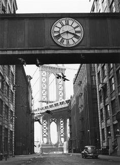 """""""L'Horloge de la Passerelle, New York, 1947"""". Charenton-le-Pont, Médiathèque de l'Architecture et du Patrimoine - Photo (C) Ministère de la Culture - Médiathèque du Patrimoine, Dist. RMN-Grand Palais / André Kertész"""