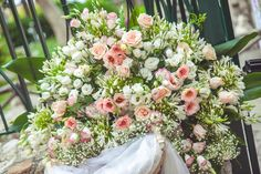 Roses, lisianthus, agapantusin white to pink shades. Flower Arrangements, Floral Wreath, Wedding Inspiration, Roses, Shades, Wreaths, Table Decorations, Flowers, Summer