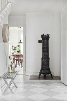 A Beautiful Old House In The Stockholm Archipelago Scandinavian Interior, Scandinavian Design, Rue Verte, Stockholm Archipelago, Small Entrance, Swedish Interiors, Home Fireplace, Fireplaces, Creation Deco