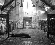 Abandoned Horse Stable- Newport RI (Located on once was the mansion of The Bells the main house burned down in the late Abandoned Cities, Abandoned Mansions, Abandoned Houses, Old Houses, Abandoned Hospital, Abandoned Amusement Parks, Abandoned Train Station, City By The Sea, Spooky Places