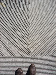 Could easily make patterns in concrete for garden or even furniture pieces. // patterns in concrete — like the Japanese action of making patterns in their zen gardens? Floor Patterns, Wall Patterns, Textures Patterns, Beton Design, Concrete Design, Diy Concrete, Paving Pattern, Pattern Concrete, Concrete Floors