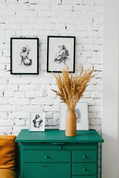 If you want to upgrade you home decor and add an artistic and sophisticated touch to your walls, this collection is perfect for you! A fluid drawing style in evergreen black and white, click to see the whole collection!#figuredrawing #lineart #linedrawing #gesturedrawing #gestureart #nudeart Black And White Wall Art, White Walls, Home Staging, Feng Shui, Peinture Little Greene, Decorating Your Home, Diy Home Decor, Decorating Ideas, Dorm Tapestry