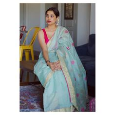 She Shows How To Put Together A Perfect Saree Look! Indian Designer Outfits, Indian Outfits, Pakistani Outfits, Indian Clothes, Indian Dresses, South Indian Sarees, Ethnic Sarees, Saree Poses, Simple Sarees