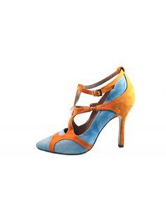 Zapato de salón que tiene fuerza e intensidad. Con un contraste de color, sus formas arquitectónicas y el azul con el naranja es el perfecto ejemplo de como polos opuestos se atraen.