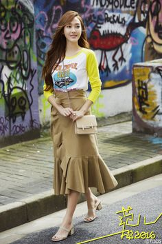Smiling Jessica Jung strolling with her Tod's Double T Bag Snsd Fashion, Pop Fashion, Asian Fashion, Korean Beauty Girls, Korean Girl, Asian Girl, Jessica & Krystal, Krystal Jung, Girls Generation