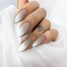 False nails have the advantage of offering a manicure worthy of the most advanced backstage and to hold longer than a simple nail polish. The problem is how to remove them without damaging your nails. Long White Nails, White Acrylic Nails, Stiletto Nail Art, Acrylic Nail Art, White Almond Nails, Coffin Nails, Ombre Nail Art, White Nail Designs, Nail Art Designs