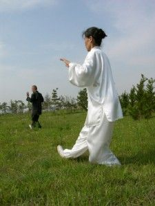 'Tai Chi appears to produce benefits in patients with chronic musculoskeletal pain, osteoporosis, Parkinson's and heart disease. Tai Chi produces cardiovascular activity because it is an aerobic exercise. This practice helps concentration, increases the s Qi Gong, Learn Tai Chi, Tai Chi Exercise, Aerobics Workout, Aerobic Exercises, Workouts, Cardiovascular Activities, Cardio For Fat Loss, Tai Chi Qigong