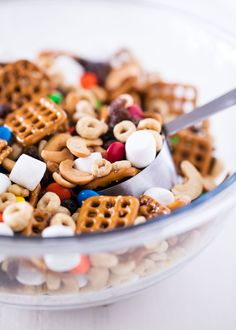 Favorite kids trail mix recipe -super easy to make and perfect for on the go snacks! It is sure to be a big hit! Easy Snacks, Healthy Snacks, Easy Meals, Kid Snacks, Graham, Pasta Primavera, Shawarma, Hash Browns, Kid Desserts