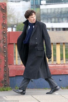 SHERLOCK (BBC) ~ Benedict Cumberbatch (Sherlock Holmes) behind the scenes on Vauxhall Bridge in London during Season 4 filming on April 27, 2016. [Click for THE DAILY MAIL photo gallery]