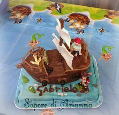 Torta Nave dei pirati con capitan uncino e spugna realizzata con pasta di zucchero.
