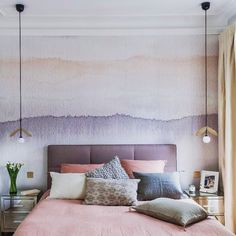 Décor panoramique aquarelle Gryning de Sandberg, ici dans une chambre décorée par Véronique Cotrel. Papier peint en vente chez Au fil des Couleurs.