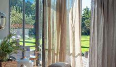 Pour parfaire la déco du salon, rien de tel qu'une paire de rideaux ! Aussi esthétiques que pratiques, les rideaux habillent les fenêtres et les baies vitrées de la pièce de vie, laissant circuler la lumière, ou l'occultant. Que vous les aimiez unis ou imprimés, Côté Maison a déniché 10 modèles de rideaux et de voilages tendance pour votre salon.