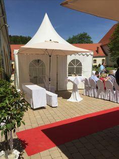 Pagodenzelt im Innenhof von Schloss Ehrenfels