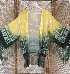 Chaqueta de kimono de Burnout devore patrones barrocos terciopelo bonita en una tela escarpada teñido de amarillo vibrante en la parte superior de la chaqueta que graduados a un rico verde hacia el borde, la mano franja suave cuelga alrededor dobladillo, mangas y pecho. mediciones