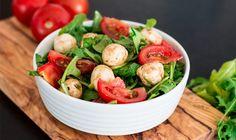 Leckerer knackiger Rucola (Rauke) mit saftigen Mini-Mozzarellas und Cocktail-Tomaten. All das verbindet unser Rucola-Tomaten-Mozzarella-Salat mit einem leckerem Honig-Balsamico-Dressing.