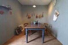 南フランスの田舎町にる雰囲気もヒッキーウォールで演出。 Dining Table, Furniture, Home Decor, Decoration Home, Room Decor, Dinner Table, Home Furnishings, Dining Room Table, Home Interior Design