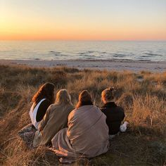 ✔ Summer Pics Beach Friends Source b. - ✔ Summer Pics Beach Friends Source by jofaefa idea - Running Pictures, Summer Pictures, Guy Pictures, Beach Pictures, Beach Aesthetic, Summer Aesthetic, Aesthetic Food, Aesthetic Vintage, Summer Vibes