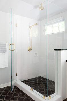 czarne płytki podłogowe o kształcie rybich łusek + kabina prysznicowa bez brodzika