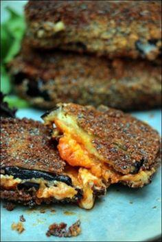 Manière originale d'accommoder des aubergines, goûtez ces sandwichs d'aubergines à la mozzarella que la purée de tomates confites et la mozzarella fondante rendent irrésistibles #happypapilles #sandwiches #sandwichrecipes #aubergines #auberginespanées #mozzarella #tomatesconfites #veggie #végétarien #cuisinefacilerecette #cuisinefacilevegetarienne #recettevegetarienne #recettescuisinevegetarienne #cuisinevégétarienne #croquemonsieur #croquemonsieurdaubergine #sandwichdaubergine