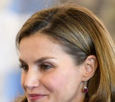 Queen Letizia red small beans earrings