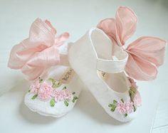 Artículos similares a Mary Jane, tafetán muaré blanco Vintage, chica zapatos, pisos del niño, 'Verano' zapatos de bebé, zapatos Bobka por BobkaBaby en Etsy