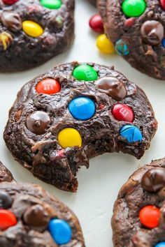 Batch Chocolate M&M Cookies - Baker by Nature Thick and chewy soft batch chocolate cookies loaded with rainbow M&Ms and gooey chocolate chips!Thick and chewy soft batch chocolate cookies loaded with rainbow M&Ms and gooey chocolate chips! Just Desserts, Delicious Desserts, Dessert Recipes, Yummy Food, Tasty Food Recipes, Yummy Cookie Recipes, Cokies Recipes, Trifle Desserts, Kale Recipes