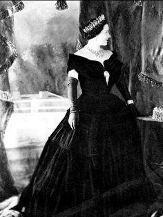 The Queen Mother wearing Queen Victoria's Fringe Brooch