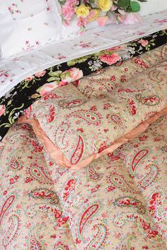 Exceptional Paisley Double Eiderdown (astb345) A wonderful example of an authentic vintage eiderdown in superb condition. This gorgeous double eiderdown is covered with a cotton cambric printed with the prettiest swirling paiselys + ditsy flowers against a soft neutral background in a lovely shade which is best described as a pale, creamy plaster. The same beautiful fabric covers both sides, with decorative stitching to the centre + border channels. Finished with a pale peach satin frilled…