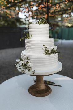crazy wedding cakes Classy White Wedding Cake With Green Leaves country chocolat mariage cake cake country cake recipes cake simple cake vintage Crazy Wedding Cakes, Elegant Wedding Cakes, Beautiful Wedding Cakes, Wedding Cake Designs, Beautiful Cakes, Perfect Wedding, Our Wedding, Dream Wedding, Wedding Weekend
