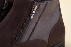 The hydro nubuck upper meets the elegant genuine deer leather quarter that enhances the profile of this essential boot. -  Il tomaio in pelle idronabuk incontra il raffinato riporto in vero cervo ad impreziosire il profilo essenziale della calzatura. - http://store.pakerson.it/men-ankle-boots-34161-dark-brown.html