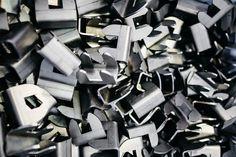 Elementi in metallo per vari arredamenti di negozi.