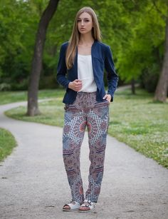 Hier steht die trendige Stoffhose im modischen Ethno-Stil im Mittelpunkt! www.zeitzeichen-shop.com