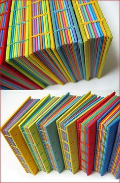 Livros multicoloridos | Flickr: Intercambio de fotos Handmade Journals, Handmade Books, Handmade Notebook, Journal Covers, Book Journal, Bullet Journal, Diy Cahier, Book Crafts, Paper Crafts