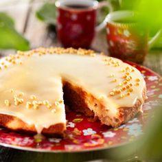 Sulata rasva ja anna jäähtyä. Sekoita rasva ja sokeri kulhossa. Vatkaa munat kierrevatkaimella joukkoon yksitellen.