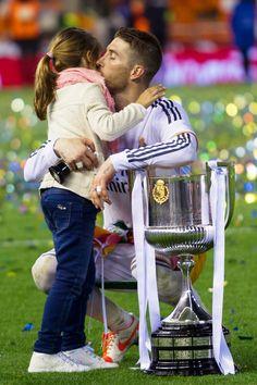 Sergio Ramos y su sobrina en la final de la Copa del Rey. // Real Madrid - Barça.