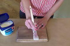 enduire le bois avec de la vaseline. Appliquer de la peinture et une fois sec frotter les bords pour donner un aspect vieilli.