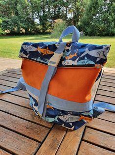 Sac à dos Troïka orange et bleu à requins cousu par Laurence - Patron Sacôtin