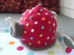 Polkadot Teacosy- love the kimono spout sleeve! Crochet Kitchen, Crochet Home, Knit Crochet, Knitting Projects, Crochet Projects, Knitting Patterns, Knitted Tea Cosies, Teapot Cover, Mug Cozy