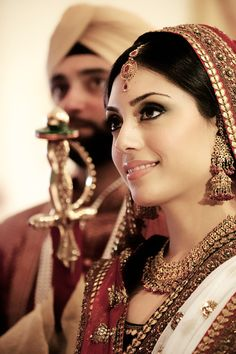Indian Wedding Makeup Looks So, the other day, I was just searching for wedding makeup looks and came across these beautiful wedding makeup looks/ideas and I Indian Wedding Makeup, Ethnic Wedding, Wedding Makeup Looks, Indian Bridal Fashion, Sikh Wedding, Indian Bridal Wear, Punjabi Wedding, Wedding Looks, Bridal Looks