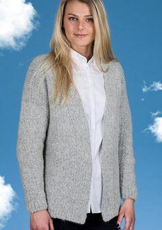 Flot og enkel kort Cardigan strikket i Mayflower Sky. Gratis strikkeopskrift lige til at hente! Mayflower Sky er en eksklusiv blød og lækker kvalitet bestående af 41 % Alpakke. En garnkvalitet der er helt fantastisk at strikke i. [Strik, hækl, yarn, knitting, Mayflower Strikkegarn]
